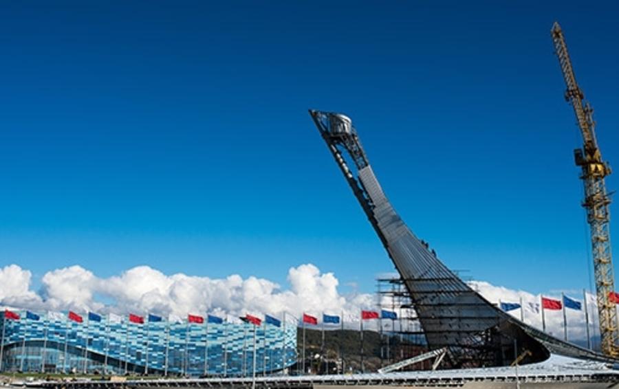 Большой олимпийский факел в Сочи — конструкция высотой почти 50м — по мысли проектировщиков, представляет собой стилизованную жар-птицу