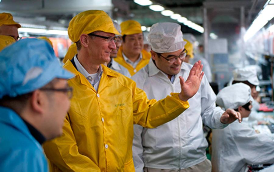 Гендиректор Apple Тим Кук на фабрике Foxconn