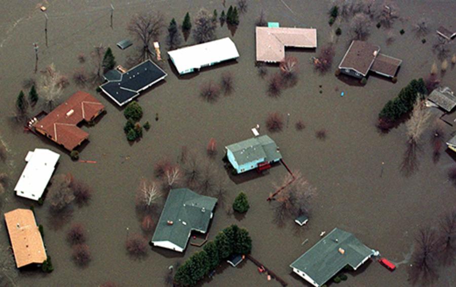 Погрешность в прогнозе максимального уровня воды оказалась критичной для Гранд-Форкс: дамбы не справились