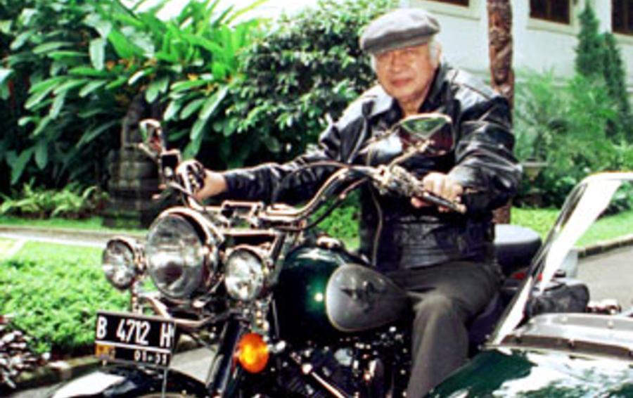 Президент Сухарто твердо управлял страной больше 30 лет
