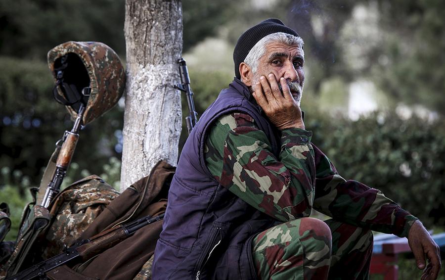 Армянский доброволец в городе Аскеран, недалеко от места столкновения с азербайджанскими войсками в нагорно-карабахском регионе