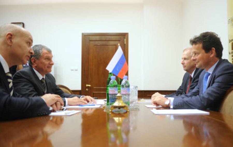 Руководители BP Роберт Дадли и Тони Хеворд (справа) хорошо знают русские правила бизнеса