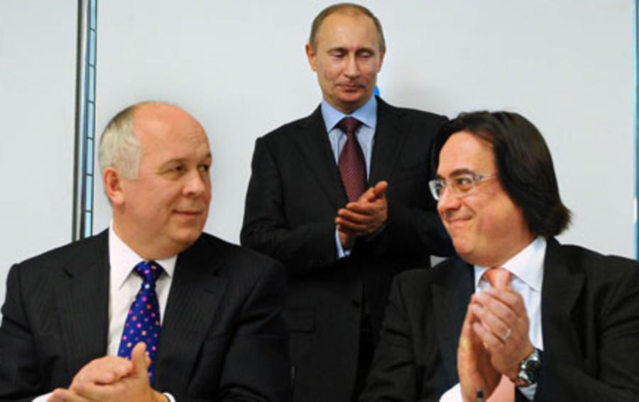 На подписании договора с операторами связи в марте Сергея Адоньева (справа) поддержал глава «Ростехнологий» Сергей Чемезов, а веса соглашению придало присутствие Владимира Путина