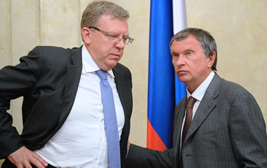 Пока Алексей Кудрин (слева) предлагает политические способы преодоления кризиса, Игорь Сечин перечисляет «кудриных» в ряду с «немцовыми» и «навальными»