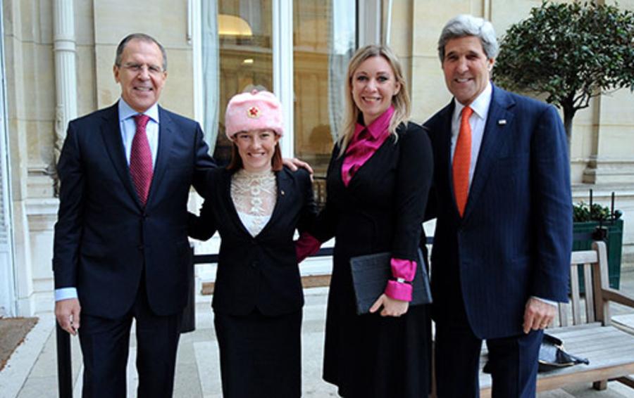 Глава МИД России Сергей Лавров (слева) и госсекретарь США Джон Керри (справа) в компании дипломатов-героинь соцсетей Джен Псаки (вторая слева) и Марии Захаровой