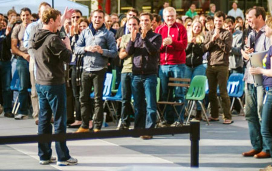 Марк Цукерберг выступает перед сотрудниками Facebook, часть которых являются акционерами компании