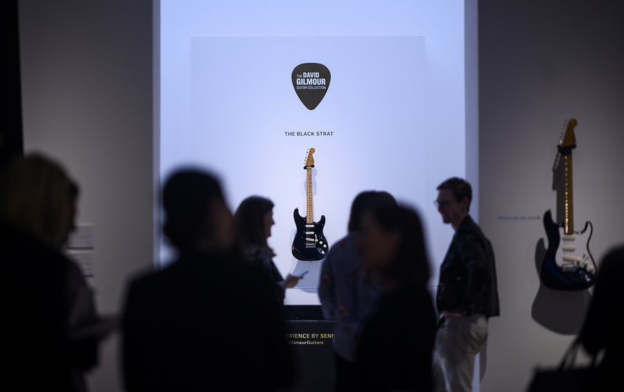 Гитара Дэвида Гилмора из Pink Floyd, которая звучит на диске Dark Side of the Moon, стала самой дорогой гитарой, когда- либо проданной на аукционе ( $3,975 млн, Christie's, 2019)