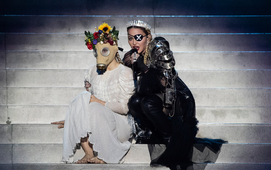 Мадонна на сцене конкурса