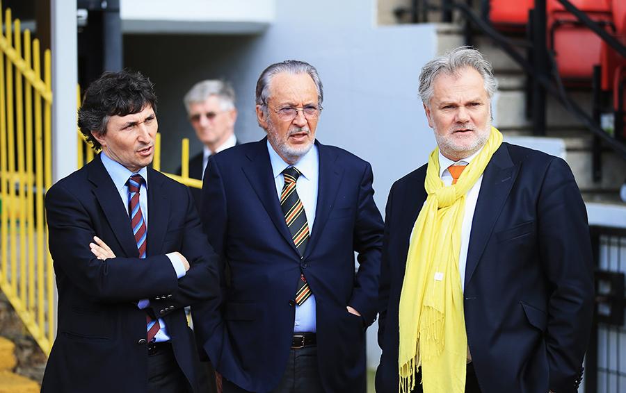 Хозяин «Удинезе» Джампаоло Поццо (в центре) научился зарабатывать на продаже футболистов в Италии, проверил эффективность своей системы в испанской «Гранаде» и теперь, став владельцем английского «Уотфорда», планирует увеличить доходность своего бизнеса.