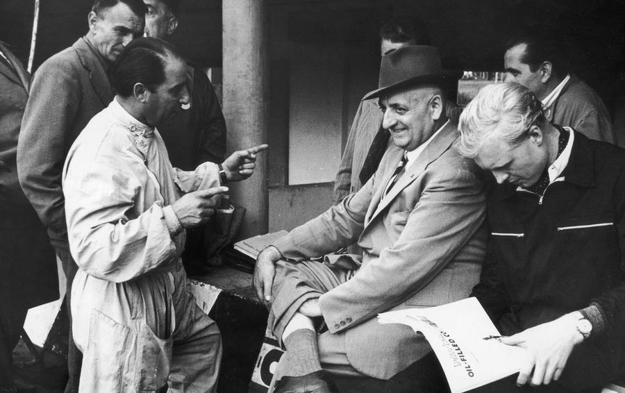 Энцо Феррари (в центре) на гонках в Монце в 1953 году