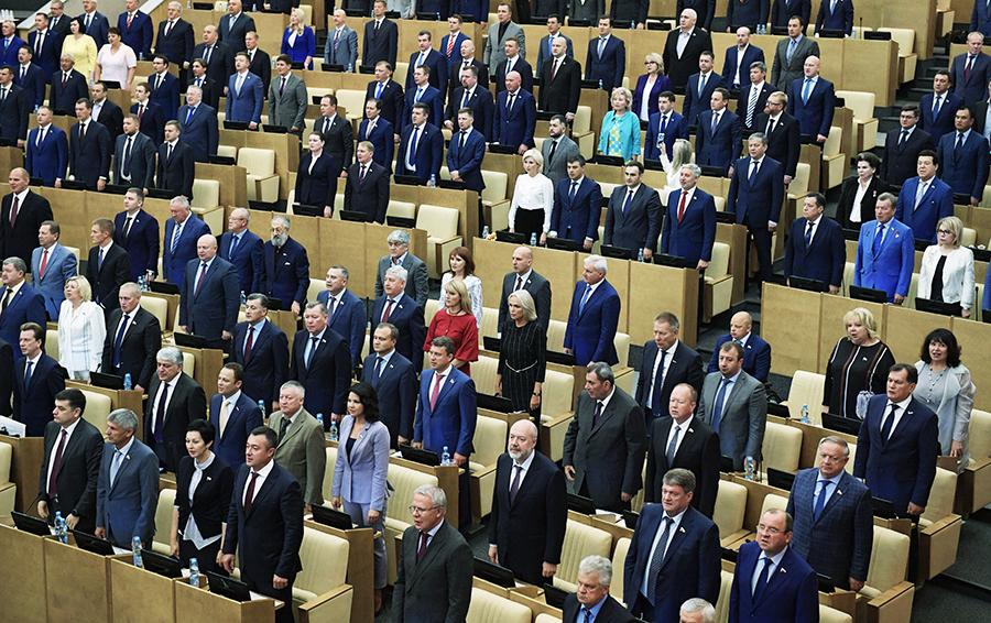 Без перемен: в 2017 году депутаты Госдумы стоя слушают гимн РФ, который мало отличается от гимна СССР