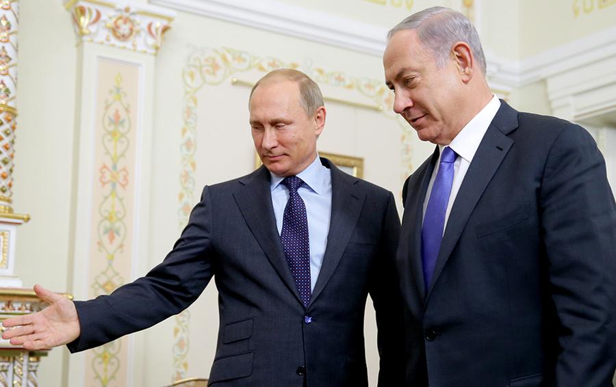 Президент России Владимир Путин и премьер-министр Израиля Биньямин Нетаньяху (слева направо) во время встречи в Ново-Огарево в 2015 году.