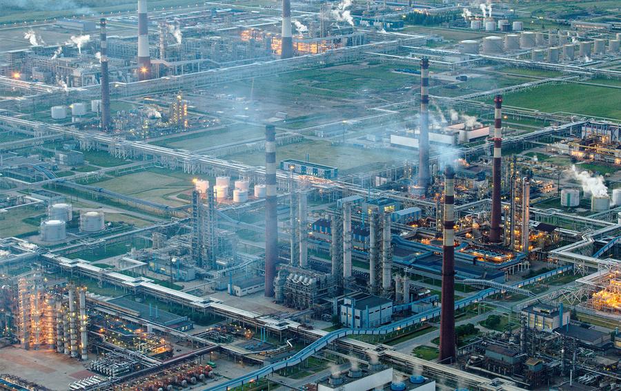 Вид на нефтеперерабатывающее предприятие «Киришинефтеоргсинтез» ОАО «Сургутнефтегаз» в Киришском районе