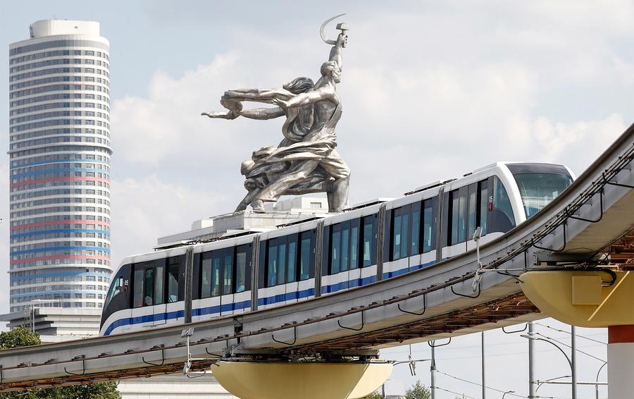 Поезд московской монорельсовой дороги у станции