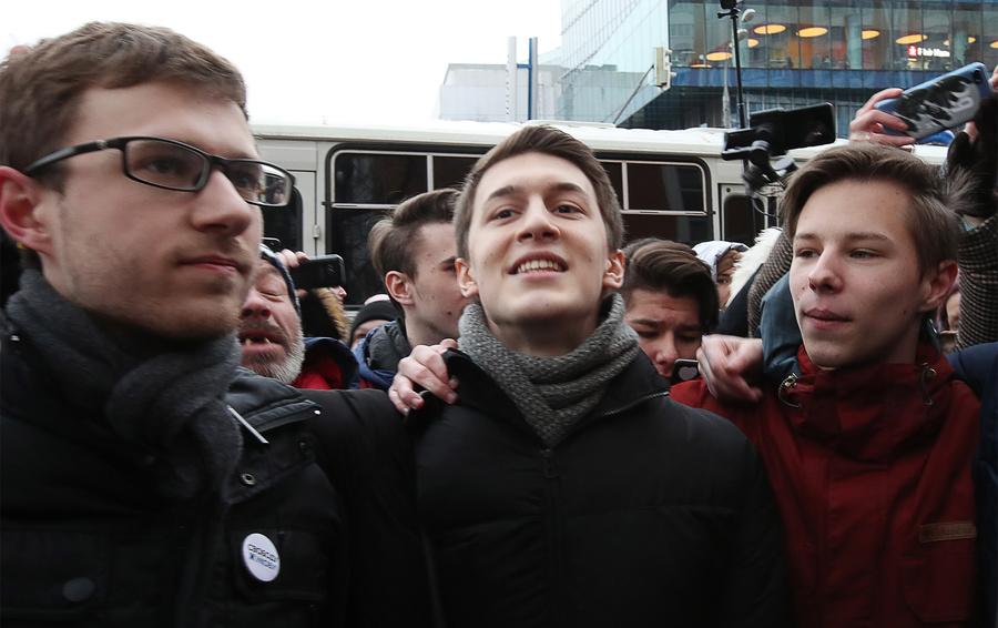 Студент Высшей школы экономики (ВШЭ), видеоблогер Егор Жуков (в центре), приговоренный к трем годам условно за призывы к экстремизму, после оглашения приговора у Кунцевского суда РФ.