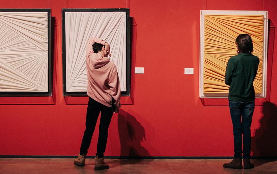 В главном штабе Государственного Эрмитажа фокус- группа проекта «Музей 15/24» на выставке «Абстракционизм в Италии. Умберто Мариани»