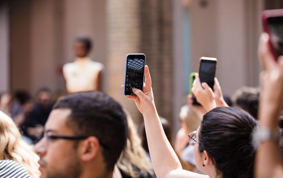 Instagram начал скрывать число лайков под постами еще в шести странах