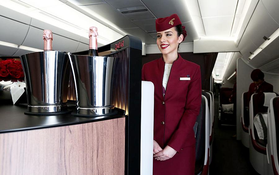 Тысячи путешественников наполняют свои бокалы вином, чтобы скоротать время полета и заодно помочь чьему-то винному бизнесу