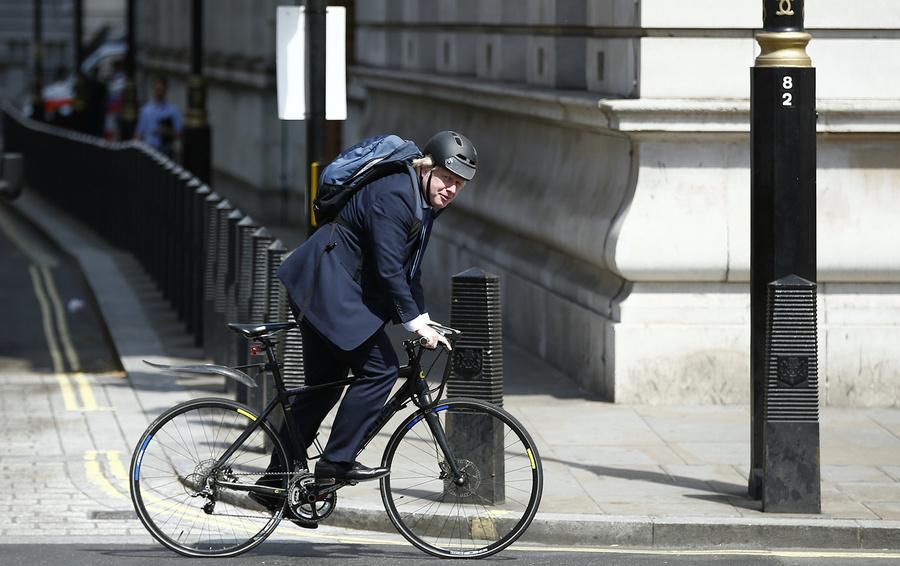Борис Джонсон на велосипеде, Лукашенко на «Тесле» и Блумберг в метро: на чем передвигаются сильные мира сего