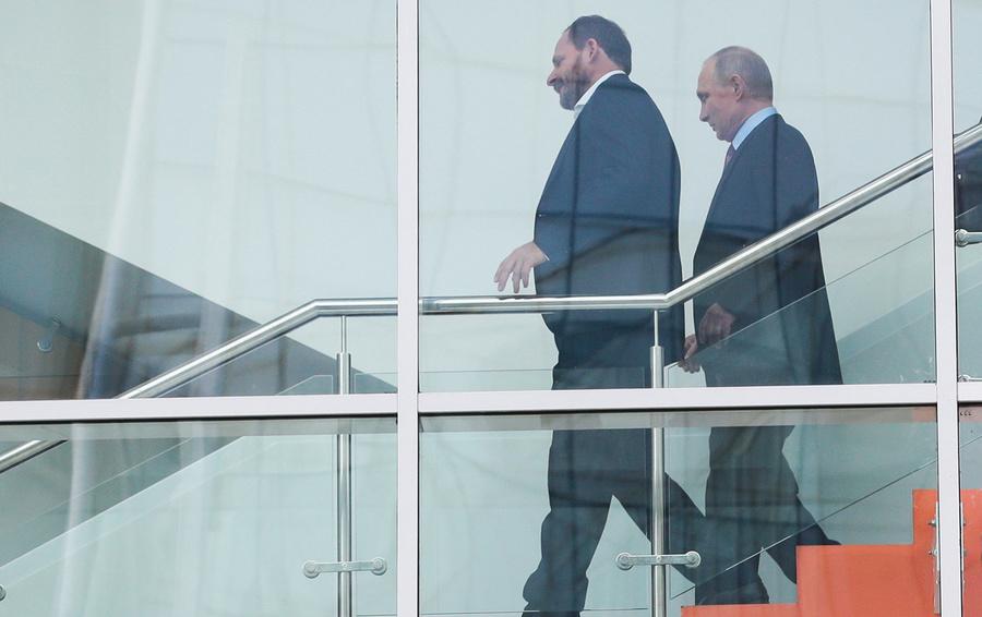 Владимир Путин с гендиректором «Яндекса» Аркадием Воложем (слева) во время посещения главного офиса компании