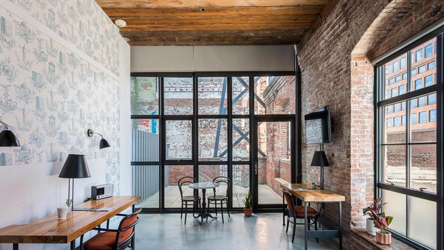 Над созданием офисного пространства в отеле Wythe работала компания Industrious