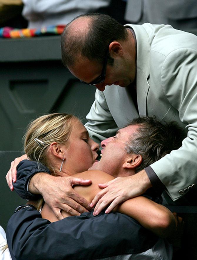 Июль 2004-го: 17-летняя Мария Шарапова празднует победу на «Уимблдоне» с отцом Юрием и агентом Максом Айзенбадом. С этого момента началась история коммерческого успеха российской теннисистки